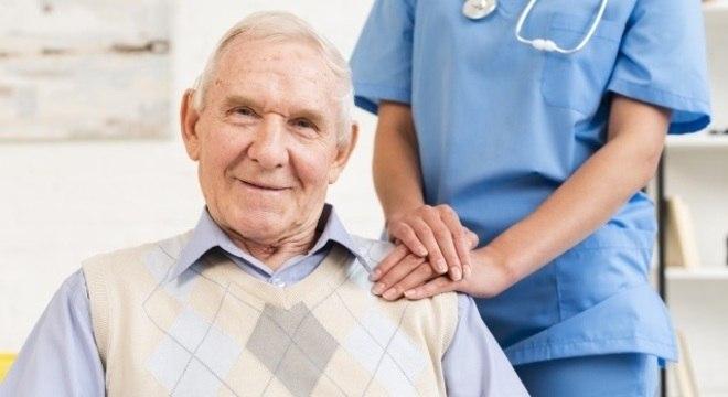 A doença começar a se desenvolver aos 40 anos, mas é perceptível após os 50