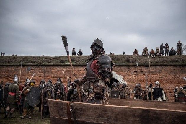 Participantes vestidos como personagens da Terra-média criados por JRR Tolkien participam da reconstituição da Batalha de Erebor em Terezin, República Tcheca, em 08 de fevereiro de 2020. Cerca de 160 entusiastas de fantasia recriaram A Batalha de Erebor como uma luta de contato de fantasia inspirado na batalha do livro de Tolkien O Senhor dos Anéis: O Retorno do Rei