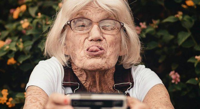 Senhora mostrando a língua