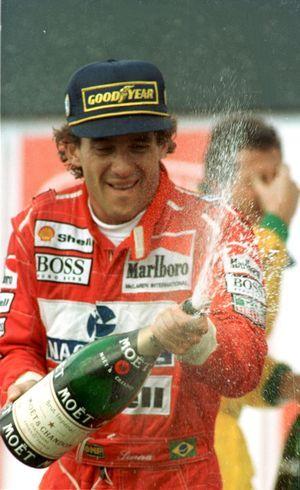 Senna comemora vitória em Interlagos
