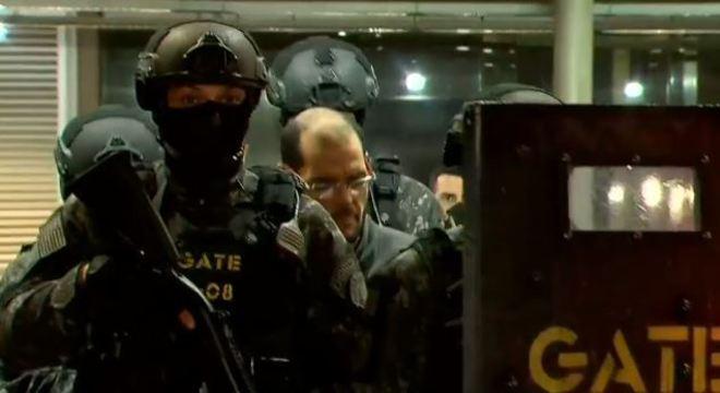 Sequestrador é retirado da estação sob escolta policial