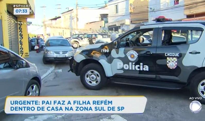 Policiais fecham rua na tentativa de negociar com sequestrador