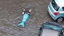 'Sereia' confusa é vista tentando nadar em rua afetada por enchente