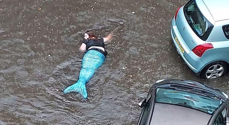 A sereia parecia feliz com a enchente