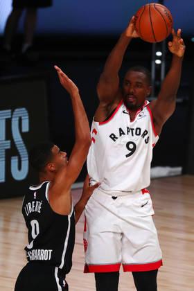 Serge Ibaka (pivô/ala-pivô) - Melhor jogador do banco de reservas do Toronto Raptors, Ibaka foi muito bem na série contra o Brooklyn Nets, com médias de 19.3 pontos, 10.3 rebotes, 1.0 bloqueio, além de um incrível aproveitamento de 57.1% nos tiros de três. O mais assustador para o Boston Celtics é que ele fez isso em apenas 23.5 minutos por partida