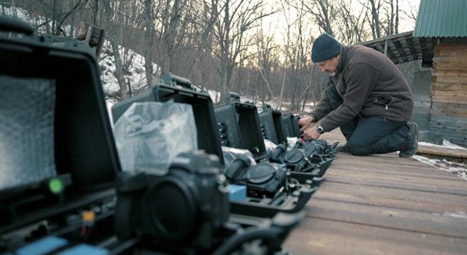 Sergey Gorshkov preparando suas armadilhas fotográficas