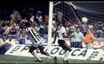 Serginho Chulapa - Santos 1 x 0 Corinthians - 1984 - Para um público de 111.345 pessoas no Morumbi, o atacante Serginho Chulapa contou com a falha do goleiro para empurrar pro gol vazio e marcar o tento santista na final do Paulistão.