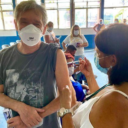 Serginho Groisman foi vacinado contra a covid-19 no dia 20 de março. O apresentador fez questão e registrar o momento nas redes sociais.