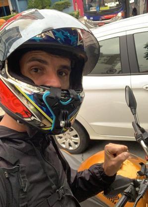 Serginho troca mochila térmica por macacão de piloto no fim de semana