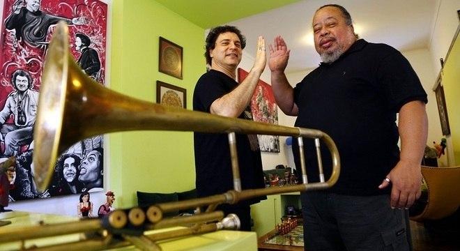 Serginho Trombone posa ao lado do cantor e amigo Frejat
