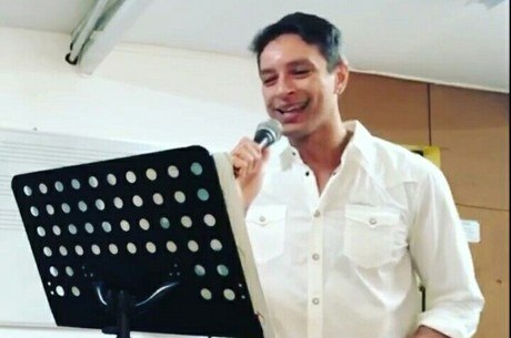Sérgio cantando 'Aquele Abraço', de Gilberto Gil