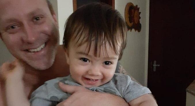 Depois de momentos turbulentos, Sérgio Hondjakoff apareceu feliz com o filho