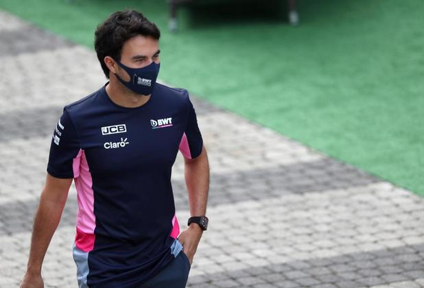 Sergio Pérez chega ao paddock de Sóchi. Mesmo sorridente, mexicano está fora do grid de 2021 até o momento