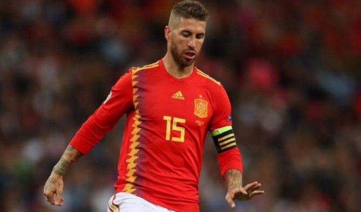 SERGIO RAMOS - Outro defensor que marcou a Copa do Mundo pela campeã Espanha foi Sergio Ramos. O talentoso craque integrou a seleção do torneio e foi fundamental em vários jogos da Fúria. Além disso até hoje é ídolo no país.