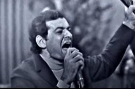 Cantor Sérgio Ricardo ergue o violão antes de atirar contra a plateia no Festival da Record de 1967