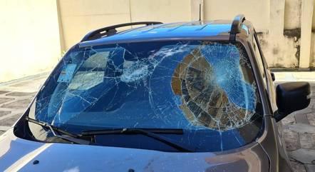 Imagem mostra para-brisa do carro danificado