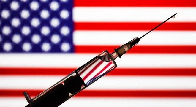Início da vacinação contra covid-19 acontece em um momento em que os EUA já acumulam mais de 300 mil mortes pela covid-19
