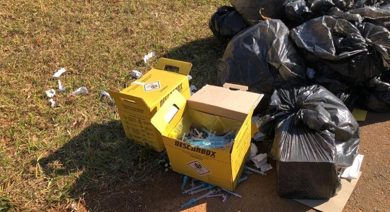 Seringas descartadas ao lado de lixo comum em frente ao Ginásio de Sobradinho I