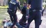 Um segundo vídeo publicado no Facebook mostra os homens já presos pela polícia, com as armas caídas ao ladoLEIA ISSO: Macabro! Corpo em decomposição é achado em mansão de milionário