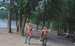 As imagens mostram a aproximação da dupla, deixando turistas completamente apavorados, emCherry Beach