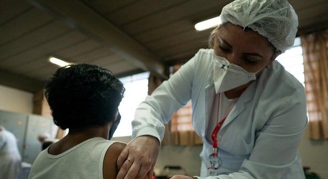 Após vacinação em massa, casos de covid caem 66% em Serrana