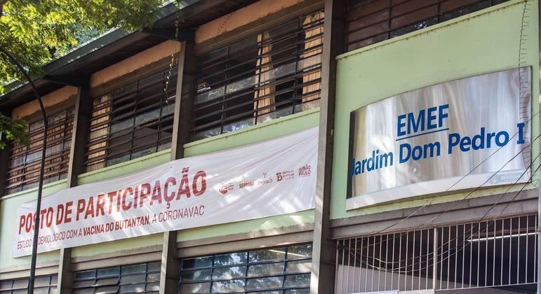 Escola usada como posto de vacinação contra a covid-19 na cidade de Serrana, no interior de São Paulo