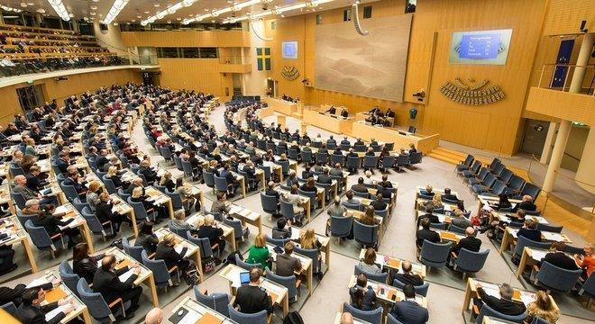 Deputados em sessão no Parlamento sueco Parlamentares não podem aumentar o próprio salário