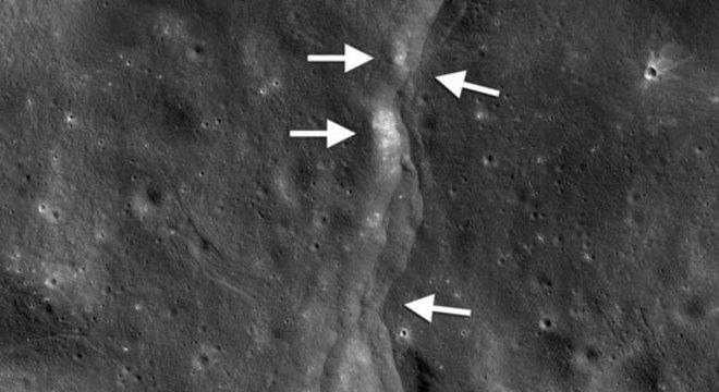 Uma das falhas na superfície lunar; quando a Lua se encolhe, parte do córtex lunar se ergue e é empurrada sobre outra; as áreas mais brilhantes indicam zonas recentemente expostas por sismos