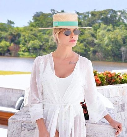 No passado, a influencer apostava em modelos mais sofisticados, como o maiô branco e kimono transparente