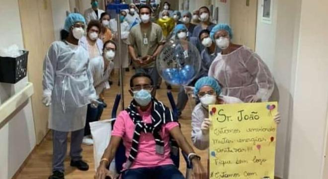 Colegas fazem para festa para João ao deixar o hospital
