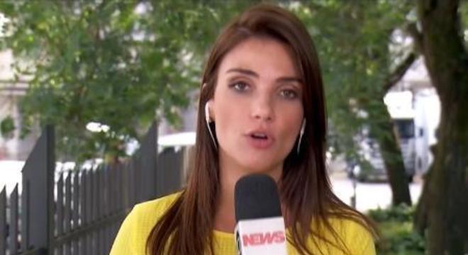 A repórter Sabina Simonato dando uma das versões da morte