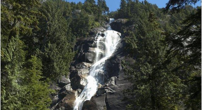 Jovens caíram de uma altura de 30 m nas quedas d'água de Shannon Falls