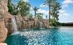E, para quem gosta de água, a mansão de Shaq ainda tem uma cachoeira artificial, mas belíssima, que deságua na piscina, cercada por palmeiras