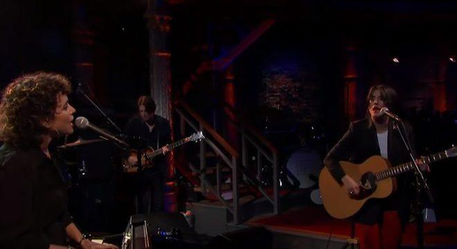 Sharon Van Etten & Norah Jones no Colbert