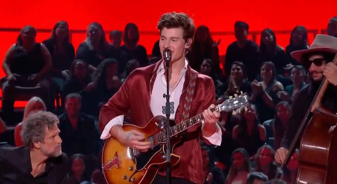 Shawn Mendes é um dos artistas que participa da homenagem ao Rei do Rock