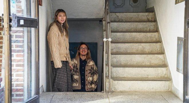 Park Young-jun (à direita) foi atraído pelo espaço e o aluguel baixo do 'banjiha'