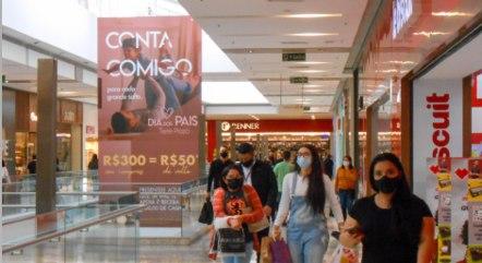 Movimento em shopping de São Paulo
