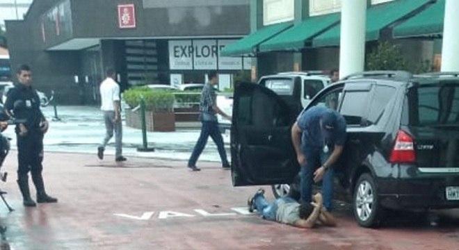 Homem é contido em uma das entradas do Shopping Eldorado, em SP