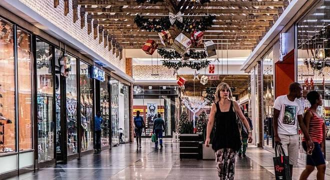 Shopping com decoração de Natal. Vendas devem ter maior crescimento dos últimos anos