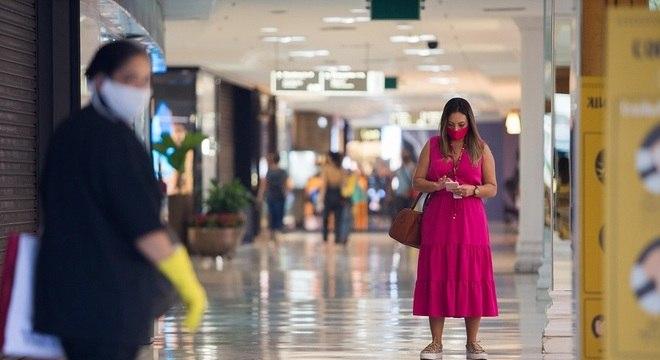 Às 15h40, frequentadores já podiam ter acesso ao centro de compras