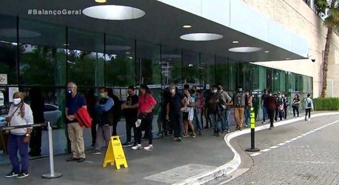 Clientes fazem fila para entrar em shopping