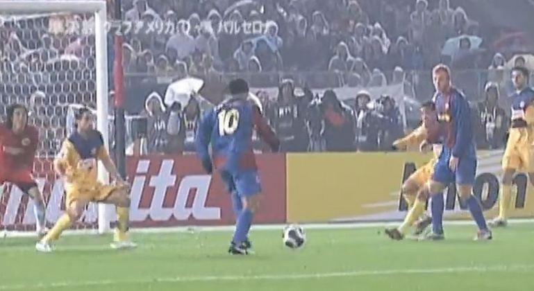 Show contra o América do México - Apesar do vice para o Internacional no Mundial de Clubes de 2006, Ronaldinho foi um dos responsáveis pela classificação à final. Na semi, contra os mexicanos, o brasileiro participou de três dos quatro gols na vitória por 4 a 0, fazendo inclusive um deles.