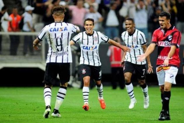 Show de Paolo Guerrero na Arena Corinthians. Três gols e um 4 a 0 contra o Danúbio, do Uruguai, pela segunda rodada do Grupo B da Libertadores de 2015. Jadson também deixou o dele.