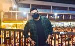 O ex-BBB Victor Hugo marcou presença e posou para as câmeras usando máscara