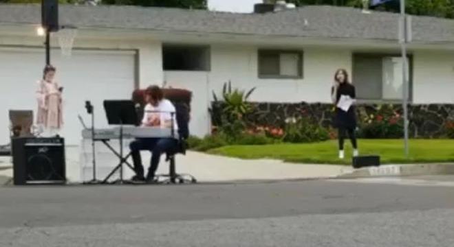 Vizinhos também filmam e fotografam respeitando a distância social a apresentação do músico