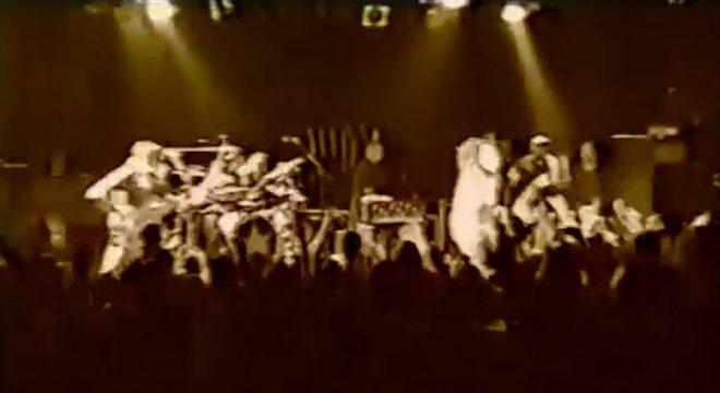 Em 2000, perto do fim, Rage Against the Machine fazia show surpresa intenso em Los Angeles