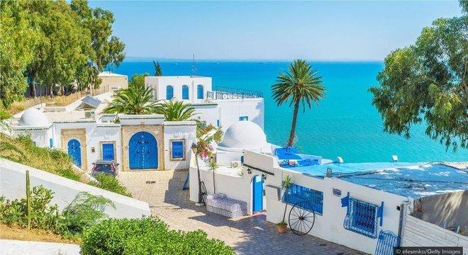 O bairro à beira-mar de Sidi Bou Said tem uma paleta de cores azul e branco