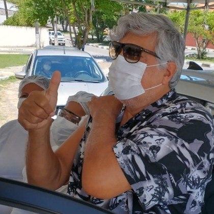 Sidney Magal, de 70 anos, recebeu a primeira dose da vacina contra a covid-19 no dia 23 de março, de acordo com publicação do cantor nas redes sociais. O artista, conhecido nacionalmente por sucessos comoSandra Rosa Madalena, registrou o momento especial por meio de vídeo
