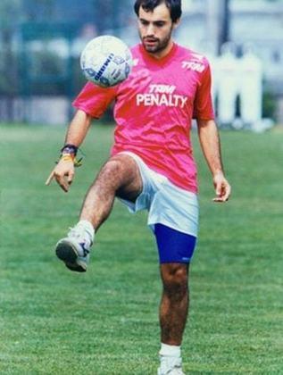 Sierra - Após chamar a atenção em partida do São Paulo contra o Unión Española (CHI), na Libertadores, o meia Sierra foi contratado em 1994. O chileno não foi bem e deixou o clube após 22 partidas.