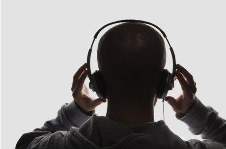 Usar fones com som alto demais e por muito tempo pode gerar dor de cabeça e perda de audição progressiva e irreversível
